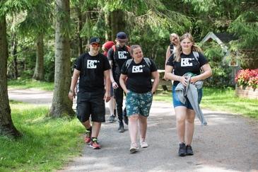 En gjeng med galde Burn Camp deltakere på tur i skogen.
